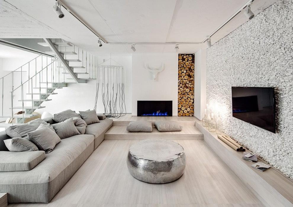 Bois de chauffage à l'intérieur de la salle dans un style écologique
