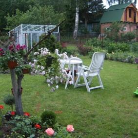 Meubles de jardin sur une pelouse verte