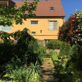 Jardin ombragé sur un terrain de 8 hectares