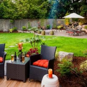Oreillers rouges sur les meubles de jardin