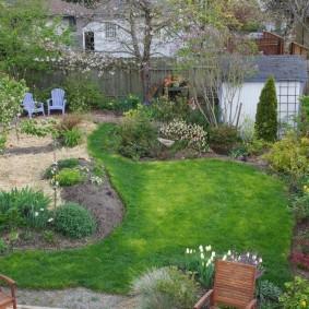 Jardin sur un petit terrain avec une clôture en bois
