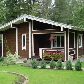 Belle maison aux murs en bois