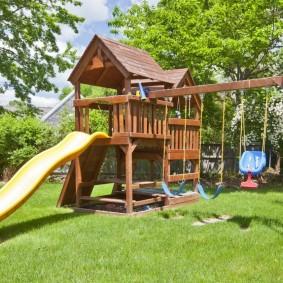 Aire de jeux avec toboggan pour les jeunes enfants