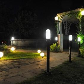 Éclairage nocturne dans le jardin d'une maison privée