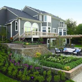 Aménagement d'un terrain avec une maison en pente