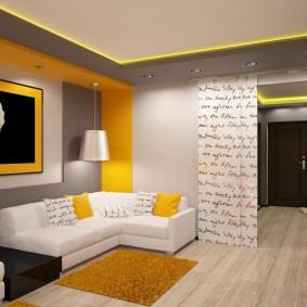 Tapis jaune devant un canapé blanc