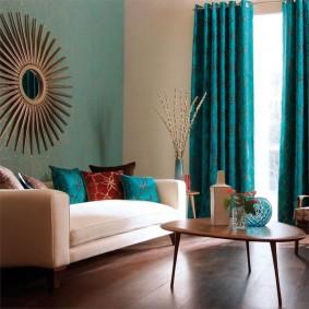 Rideaux turquoise sur une fenêtre haute