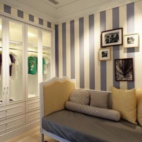 Papier peint à rayures dans une petite pièce