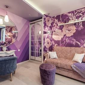 Papier peint violet dans la chambre de l'appartement