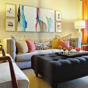 Mur jaune clair derrière un canapé pliant