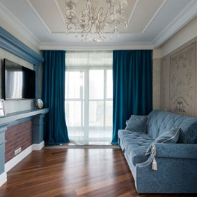 Rideaux bleus dans une pièce avec parquet