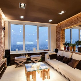 Plafond marron dans une pièce avec un grand miroir