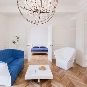 Salle intérieure blanche avec parquet au sol