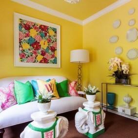 Murs peints de couleurs vives dans un petit salon