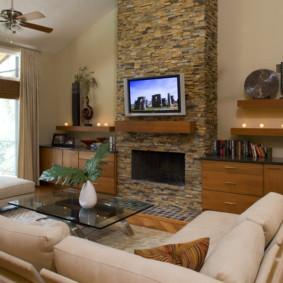 Intérieur du salon avec TV sur cheminée