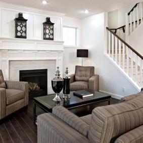 Coin salon avec escalier