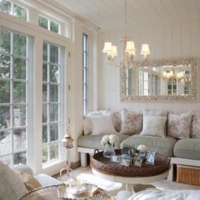 Miroir dans un beau cadre sur un canapé dans une maison privée