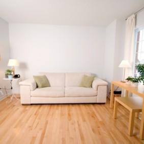 Canapé blanc dans le hall carré