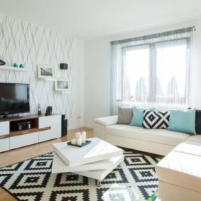 Tapis noir et blanc dans un salon de style moderne