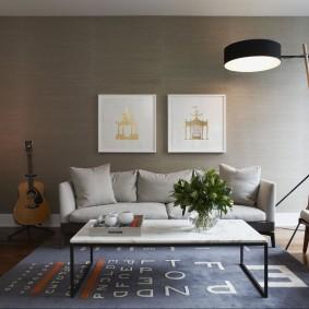 Peintures modulaires sur le mur gris de la salle