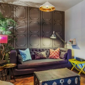 Tapisser le mur au-dessus du canapé
