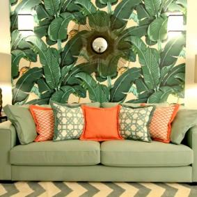 Oreillers lumineux sur un canapé pliant