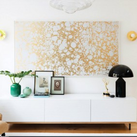 Panneau de papiers peints dorés sur un mur blanc
