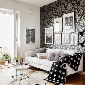 Canapé blanc dans le salon d'un appartement en ville