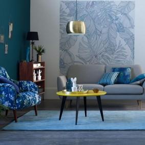 Table basse sur un tapis bleu