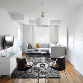 Tapis gris sur le sol d'une petite salle