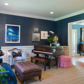 Papier peint bleu dans le hall d'une maison privée