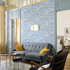 Papier peint bleu dans une pièce avec un haut plafond
