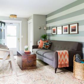 Papier peint à rayures horizontales sur le mur derrière le canapé