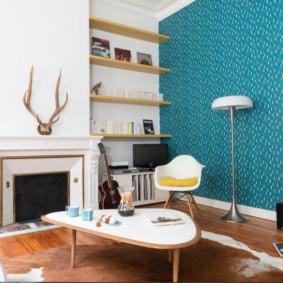 Papier peint contrasté dans le salon avec cheminée