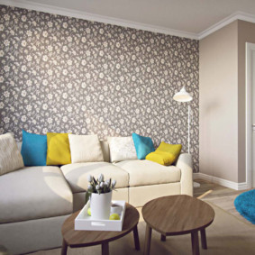 Papier peint gris clair dans un salon rectangulaire