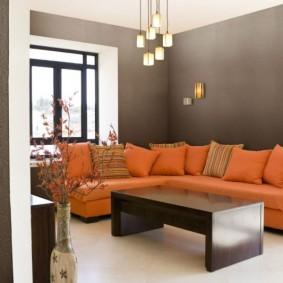 Ghế sofa sáng màu trên nền tường màu xám