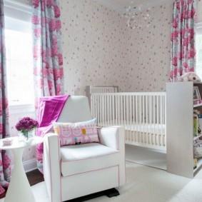 Meubles blancs dans la chambre de bébé