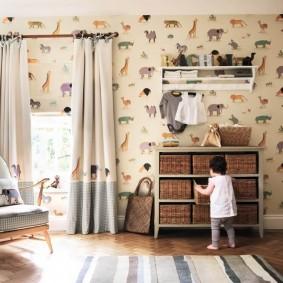Rideaux combinés dans la chambre d'une petite fille