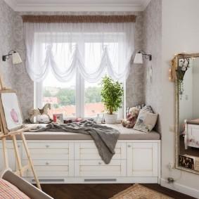 Canapé confortable au lieu du rebord de la fenêtre