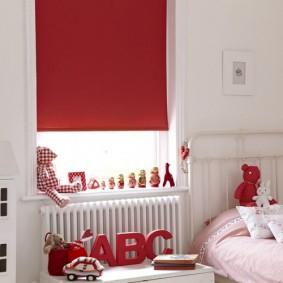 Store à enrouleur avec tissu rouge