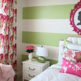Rayures vertes sur le mur de la chambre