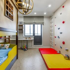 Tapis rouge-jaune sur le sol de la chambre des enfants