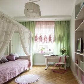 Rideaux vert clair sur la fenêtre d'une chambre pour un adolescent