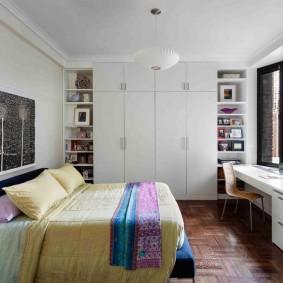 Chambre d'adolescent avec mobilier blanc