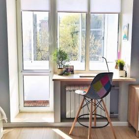 Table pour ordinateur portable au lieu du rebord de la fenêtre dans le salon