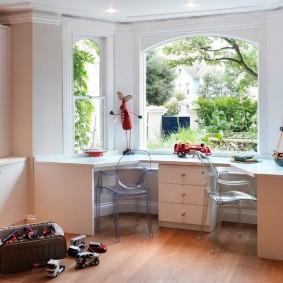 Un bureau pour deux étudiants dans une baie vitrée d'une maison privée