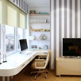 Papier peint à rayures sur le mur d'une pièce avec un plafond bas