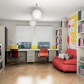 Canapé rouge dans la chambre d'adolescent
