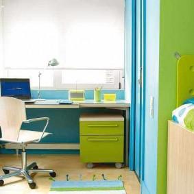 Meubles bleu-vert dans la chambre du garçon