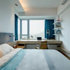 Rideaux bleus dans une pièce étroite